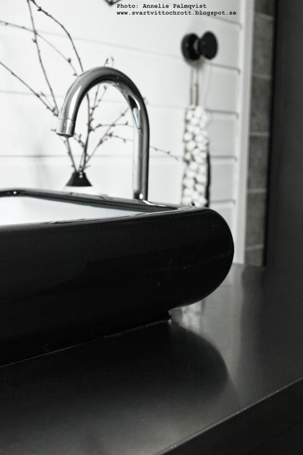 svart tvättfat, svart och vitt, svartvit, svarta och vita, vit panel i badrummet, badrum, snäckor hänge, hängande snäckor, love warriors, kran, kranar,