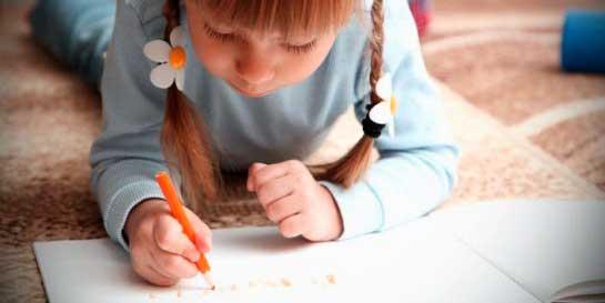 niña escribiendo en una libreta