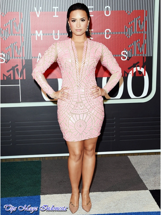 penampilan demi lovato di red carpet mtv vma 2015