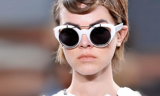 ebdc1fc727636 ... novos tipos de óculos prometem se tornar protagonistas entre os  acessórios, nos looks no verão 2014. Com armações de acetato brancas e  lentes espelhadas ...