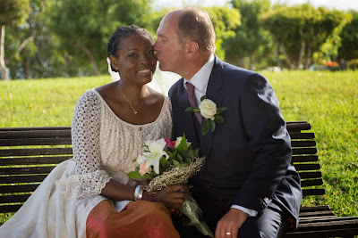 les mariés sur le banc à la Datcha, plage du Gosier