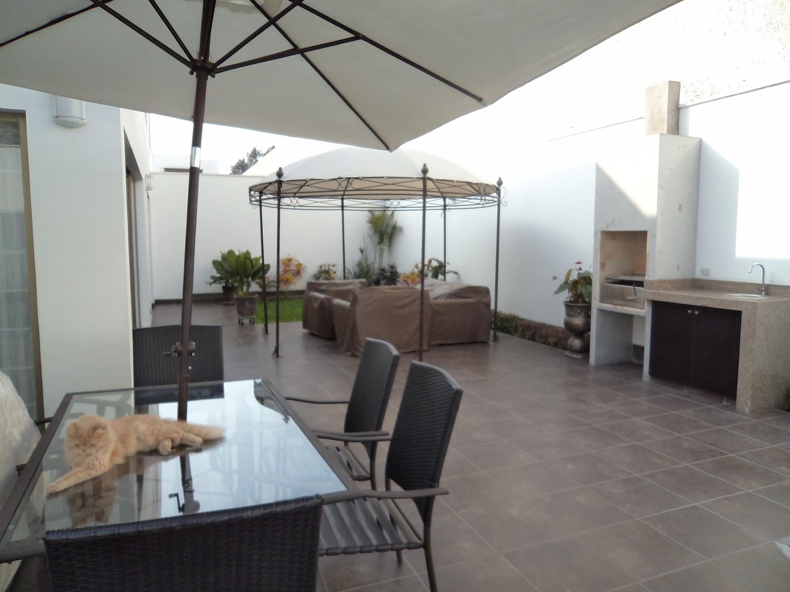 Oniria remodelacion de interiores y piscina en vivienda for Zocalos para patios modernos