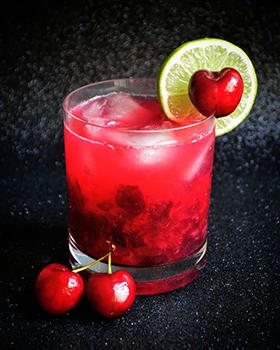 Sugestão para as festas de fim de ano: caipirinha de cereja com limão