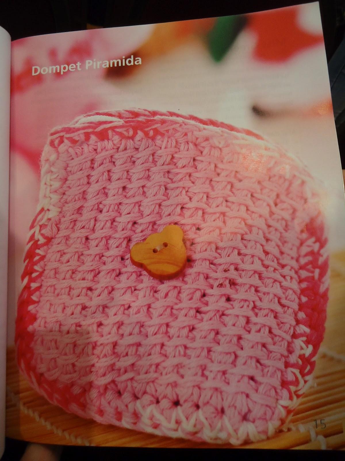 Sesi tanda tangan buku, semoga berkenan di hati ya bu bukunya ^.^