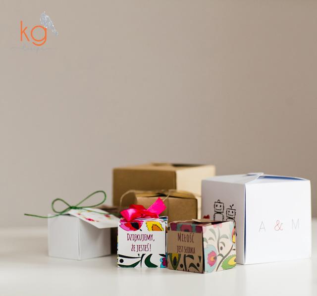 pudełka, podziękowanie dla gości, winietki, przypinki, ozdobne, zawieszka, ekologiczne, eko, sznurek, wstążka, torebka na prezent, pudełko na prezent, ekologiczne zaproszenia, ekologiczne dodatki, dodatki ślubne, dodatki na wesele, oryginalne i nietypowe, kwadratowe pudełka na prezent dla gości, podziękowanie dla gości, podziękowanie dla rodziców, piwonie, łowicka wycinanka, folk, gipsówka, rustykalne, akwarelowe kwiaty, motyw robotów, minimalistyczne, eleganckie, wyjątkowe, winietki, personalizowane pudełeczka, nadruk, monogram, inicjały i data ślubu, oryginalne, nietypowe, ręcznie robione, hand made,
