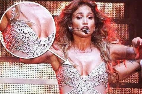 Jennifer-Lopez-Nip-slip-on-stage