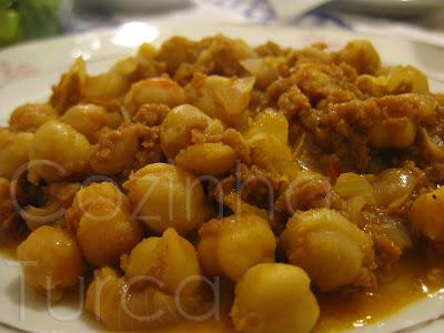 Gão-de-bico com Carne Picada (Kıymalı Nohut)