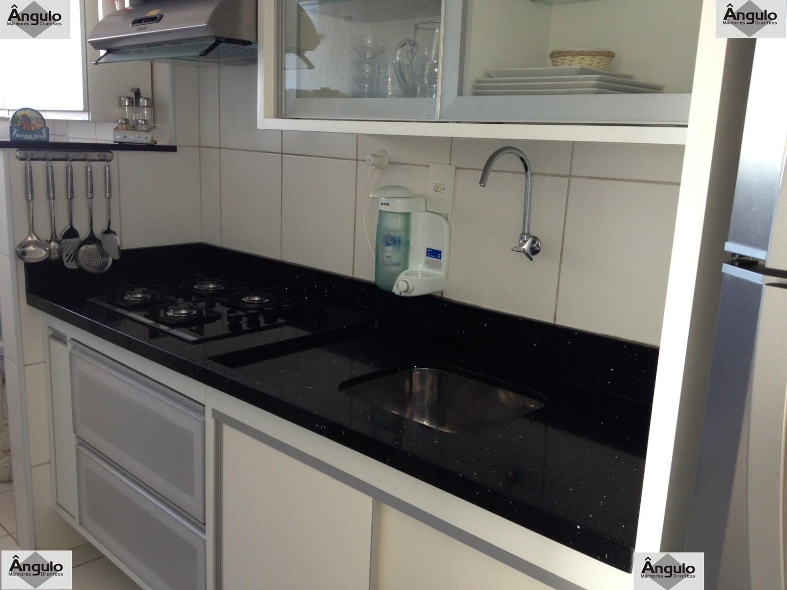 do acabamento de borda duplo reto no balcão de apoio do fogão #536678 1600x1200 Banheiro Com Bancada De Silestone