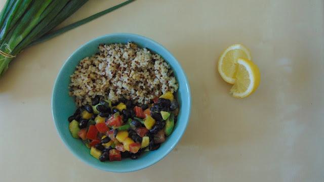 Salade estivale haricots noirs, avocat, mangue et tomates