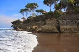 Keindahan Pantai Batu Hiu