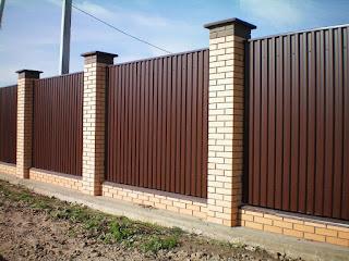 Забор из профлиста с кирпичными столбами. Фото 21