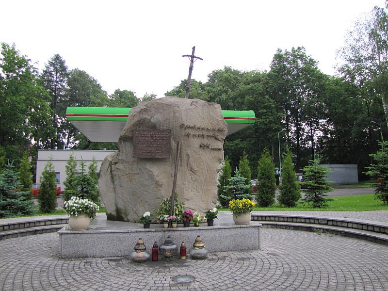 Węgierska Górka. Obelisk ku czci Ojca Świętego Jana Pawła II.