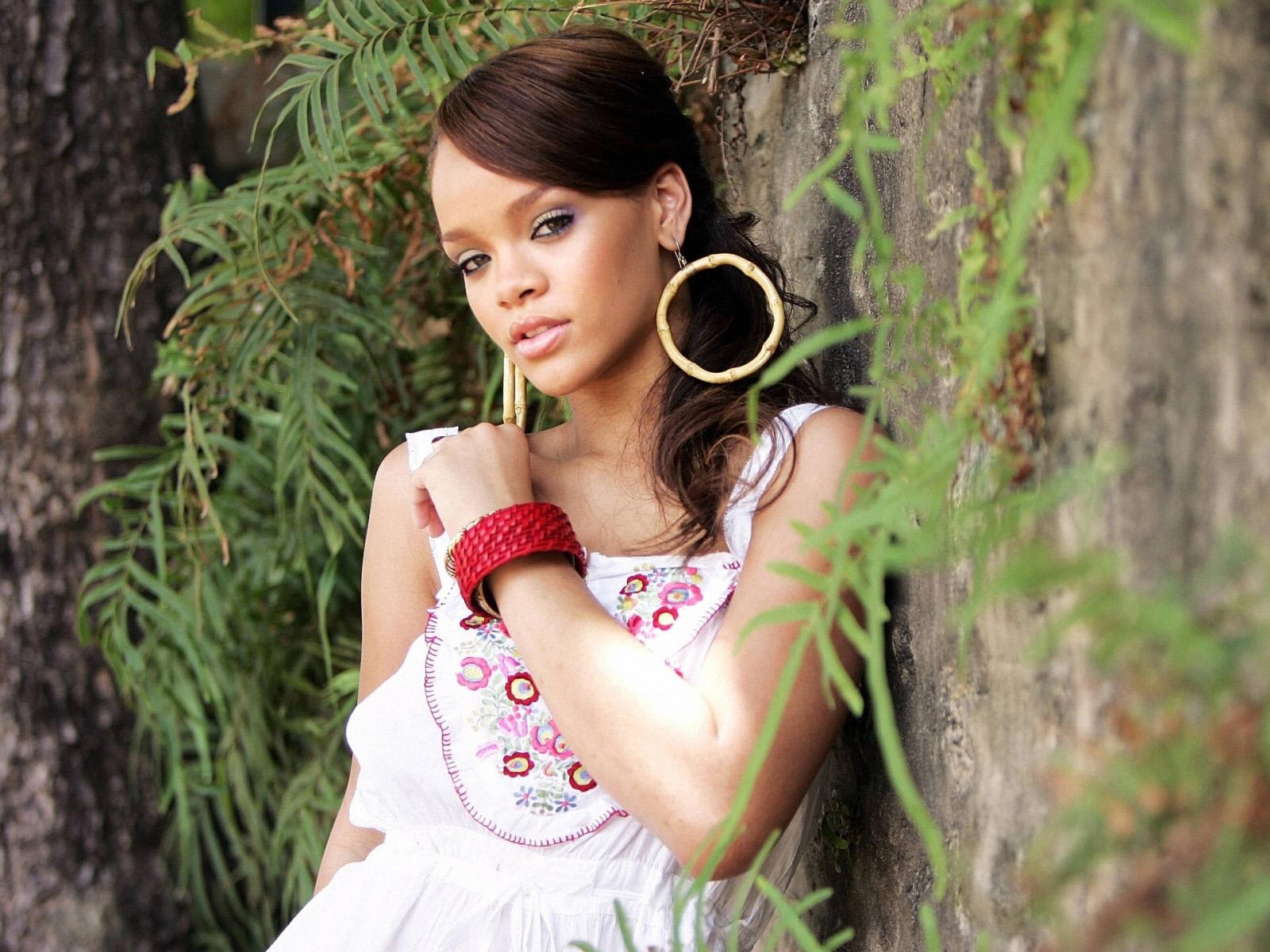 http://2.bp.blogspot.com/-qLaL7tMZb4I/Tyafzup5LUI/AAAAAAAAC4g/ukPs2DGXNXU/s1600/Best-Rihanna-Wallpapers-1.jpg