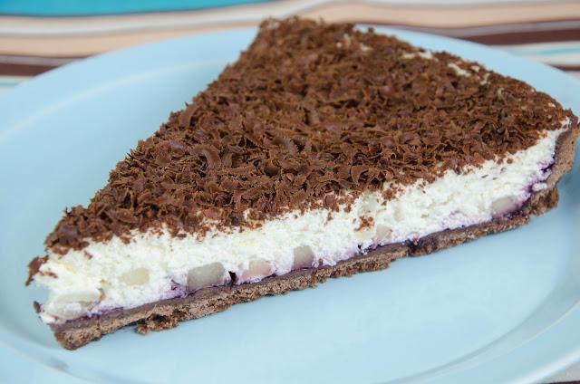 Tarta czekoladowa z kremem i gruszkami