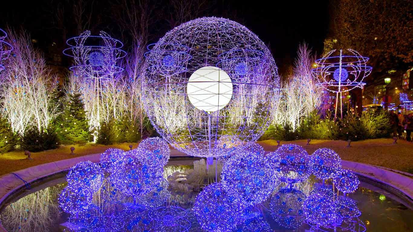 Holiday decorations on the Avenue des Champs-Élysées, Paris, France (© Neil Farrin/Rex Features) 322