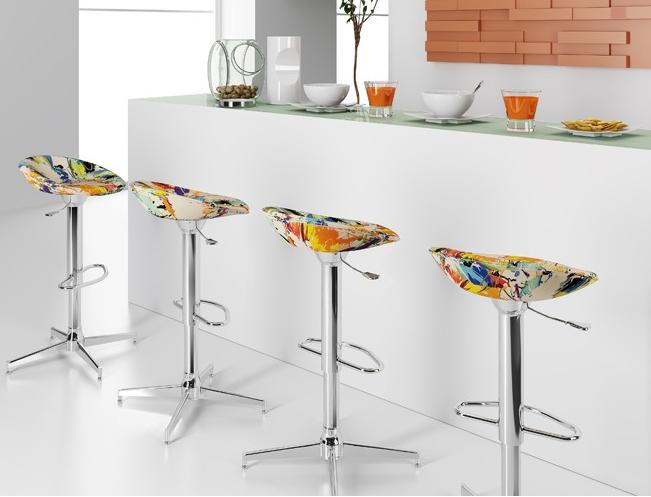 decoracao de interiores universidade:Mesas com tampo em vidro e cadeiras de varios estilos e cores!!!!