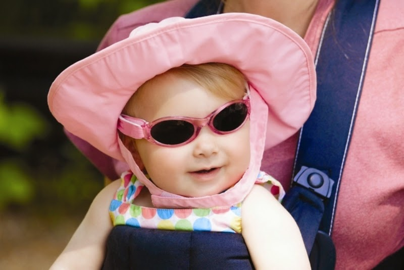 Foto bayi lucu memakai kacamata hitam dan pink