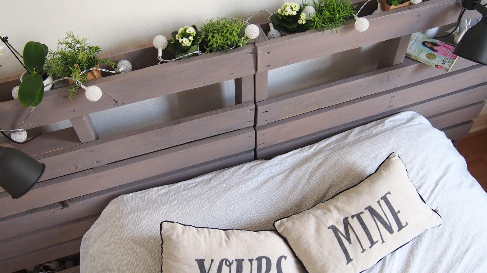 tete de lit en palette de bois maison design. Black Bedroom Furniture Sets. Home Design Ideas