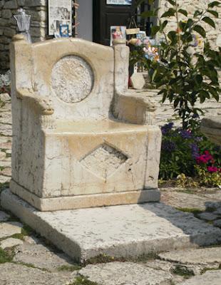 трон из мрамора