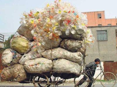 Lelaki ini terpaksa menolak basikalnya untuk menghantar ratusan botol ke kilang kitar semula di Shanghai.