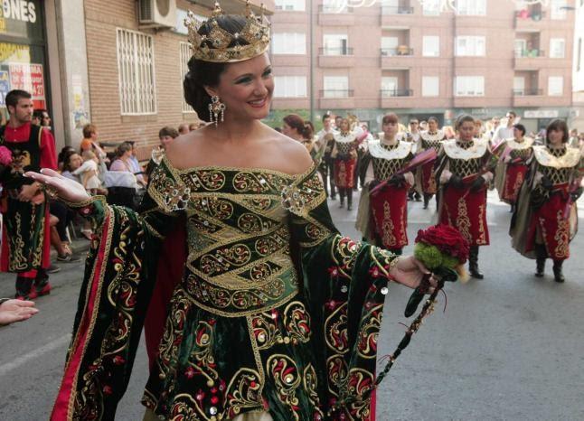 Fiestas de moros y cristianos crevillente final lleno for Cuarto lleno de rosas