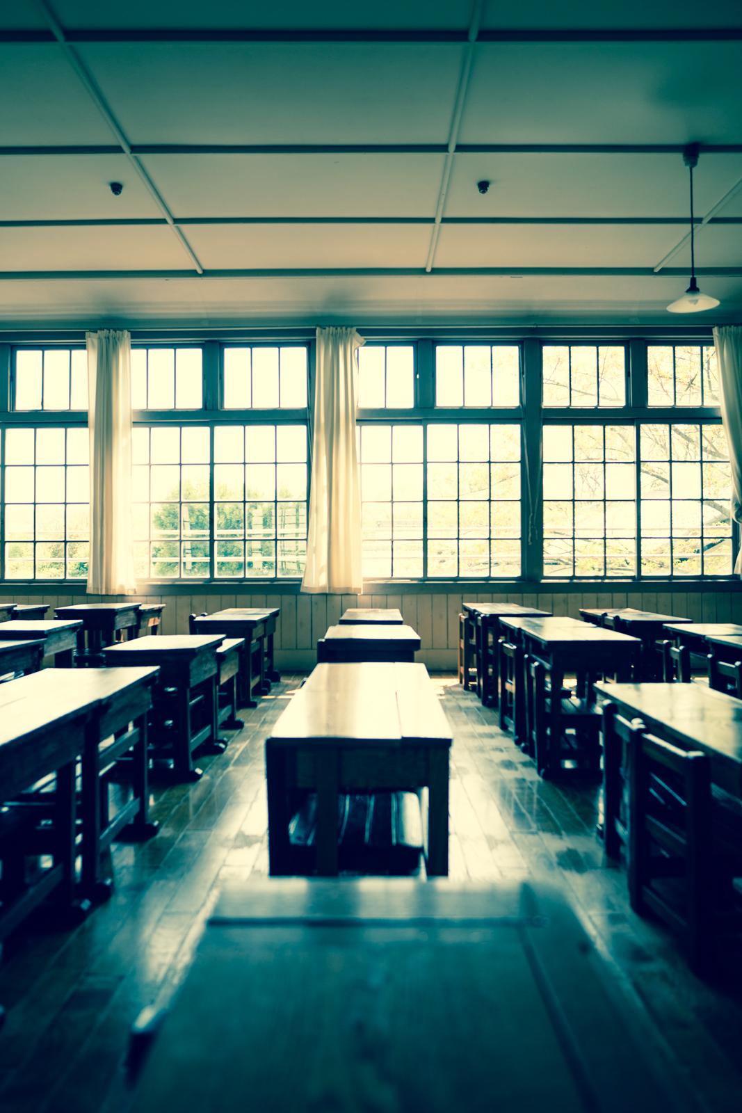 クロスプロセスでRAW現像した教室の写真