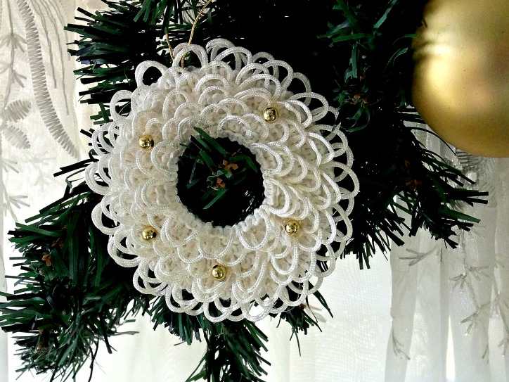 Vintage, Paint and more... wreath ornament diy'd with buttonhole lace and beads