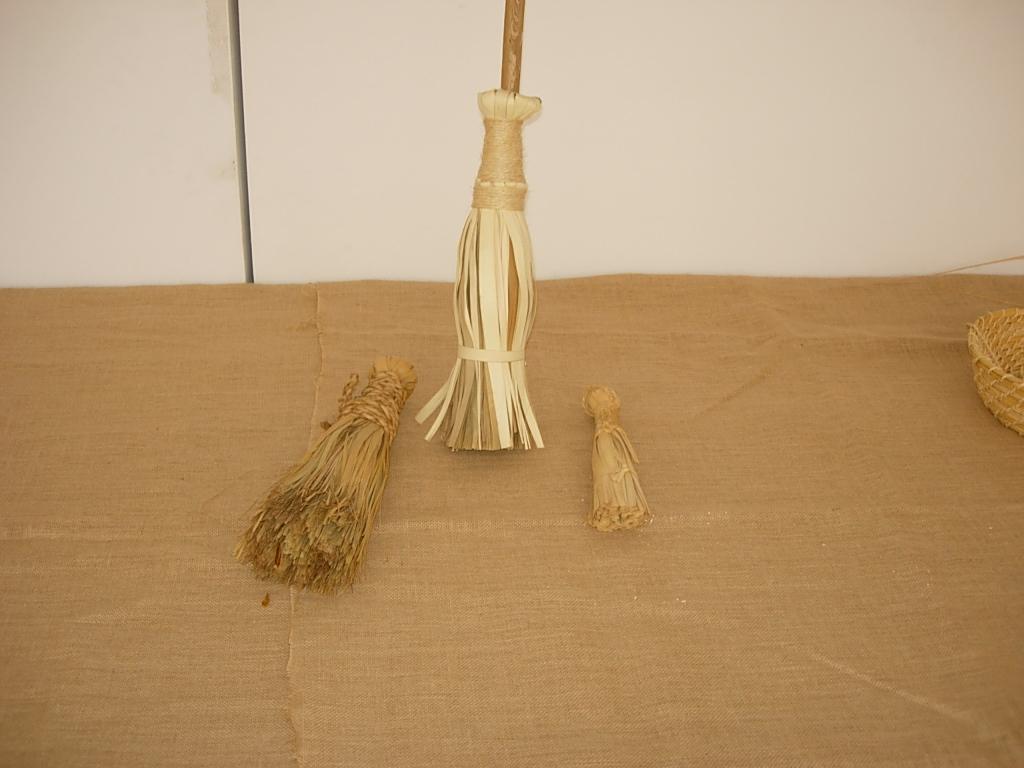 De la palma escobas artesan a canaria y de ingenio - Escobas de palma ...