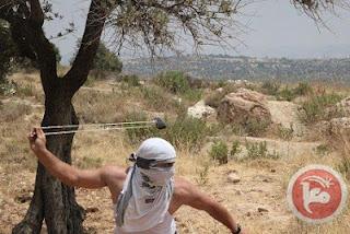 Palestino resiste ao exército de ocupação israelense