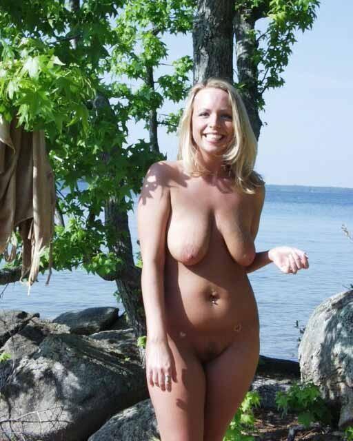 Nackte Hänge Brüste am FKK Strand