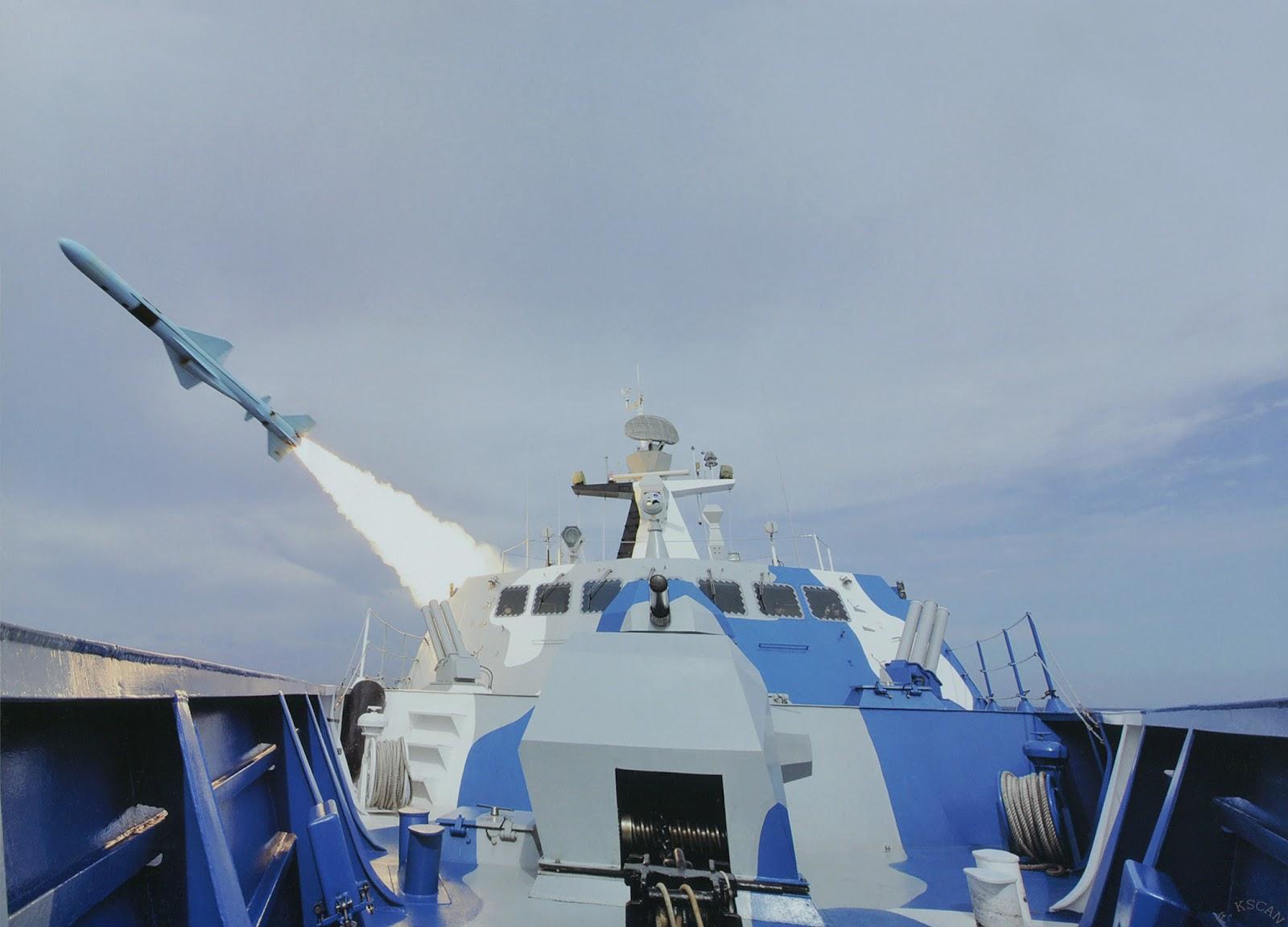 Fuerzas Armadas de la República Popular China - Página 3 Type+022+(Houbei+Class)+Fast+Attack+Missile+Craft+stealth+catamaran+hulls+People's+Liberation+Army+Navy+(PLAN+or+PLA+Navy)+test+firing+8+YJ-83+anti-ship+missiles+(1)