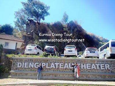 foto depan tugu dieng plateau teater