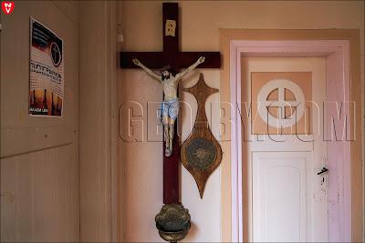 Распятие у входа в костел