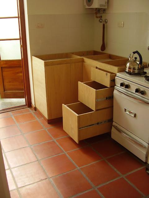Muebles sensibles en madera bajo mesada fen lico for Planos de bajo mesada