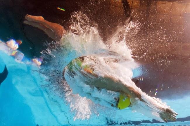 Соревнования мужчин по плаванию. Заплыв 100 м брассом.