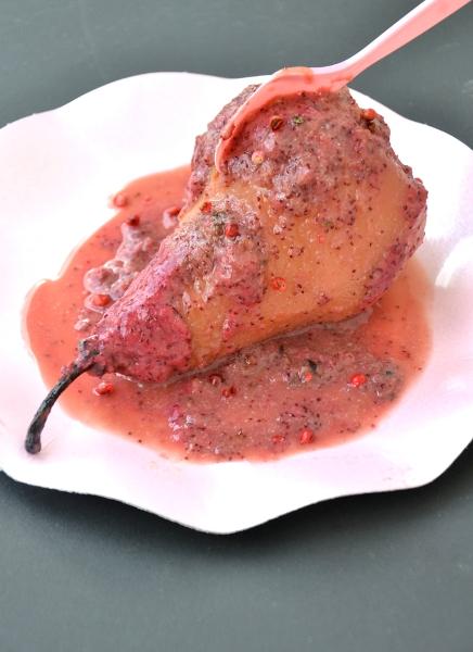 pere al forno con salsa di fragoline di bosco, miele, panna vegetale e bacche di pepe rosa