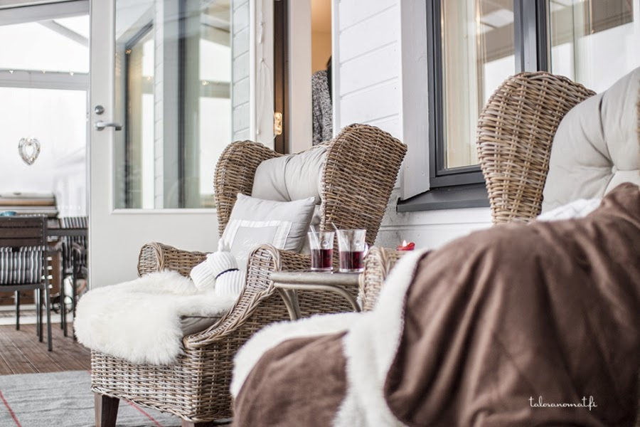 wystrój wnętrz, wnętrza, urządzanie mieszkania, dom, home decor, dekoracje, aranżacje, styl skandynawski, taras, salon, pokój dzienny, ratanowe fotele, futerko