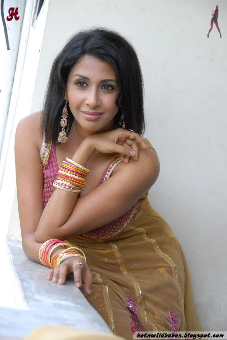 Gayatri Iyer cleavage exposed in a golden pink salwar 2