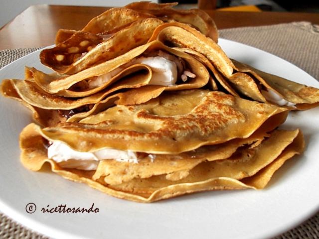 Crepes di castagna ricetta con farina di castagne farcita con panna e purea di castagne