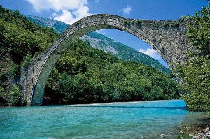 Έπεσε το ιστορικό γεφύρι της Πλάκας από την βροχόπτωση…