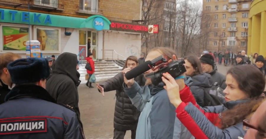 полицейский поддерживает агрессию антимайдановца