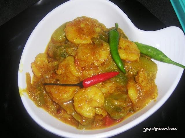 Jhinge Chingri-Prawn with Ridge gourd