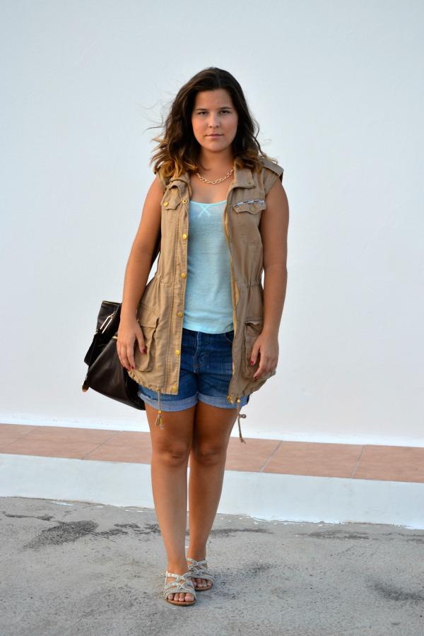 look_outfit_chaleco_safari_stradivarius_sandalias_primark_collar_cadena_dorado_valentina_complementos_nudelolablog_03