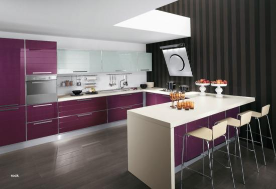 11 cocinas color morado italianas modernas ideas para for Cocinas modernas moradas