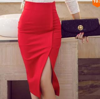 Falda ceñida hasta por debajo de las rodillas y con abertura al costado