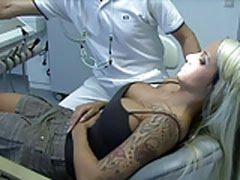 Dentista comendo a paciente