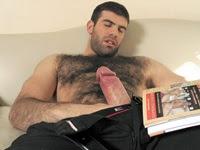 Super Peludo vendo revista de homem pelado e batendo punheta