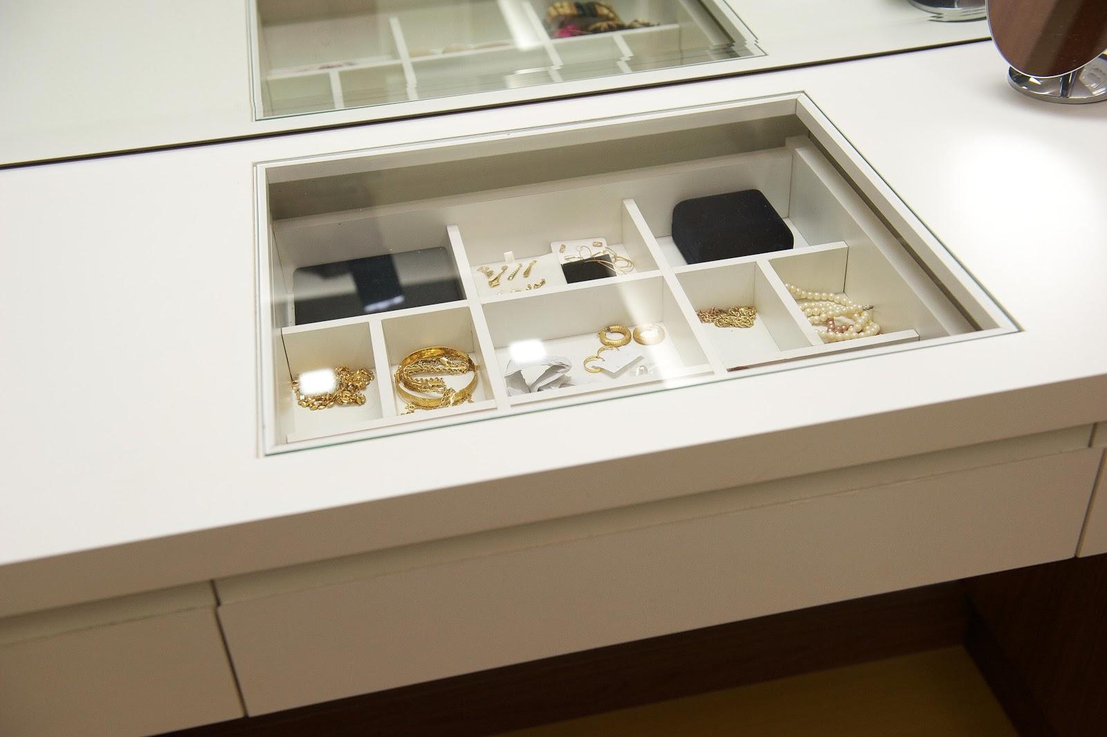 da bancada em vidro permite visualizar as jóias sem abrir a gaveta #27180C 1600x1065