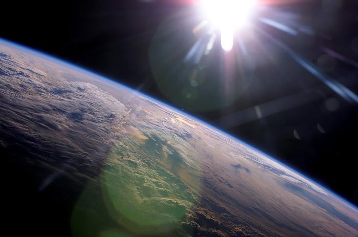 Trái Đất và Mặt Trời được chụp hình bởi sứ mệnh ISS Expedition 13 của NASA vào tháng 4 năm 2006.