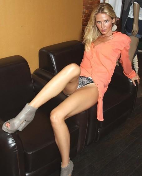 Taylor vixen with dildo